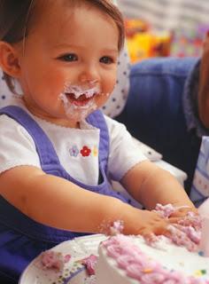 Gambar bayi lucu belepotan saat ulang tahun