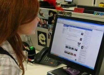 berkomunikasi lewat facebook
