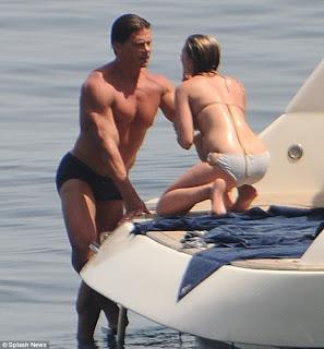 scarlett johansson en bikini con su guardaespaldas