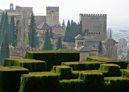 Setengah benteng, setengah istana. Inilah Istana Alhambra yang berada