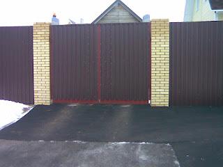 Забор из профлиста с кирпичными столбами. Фото 25