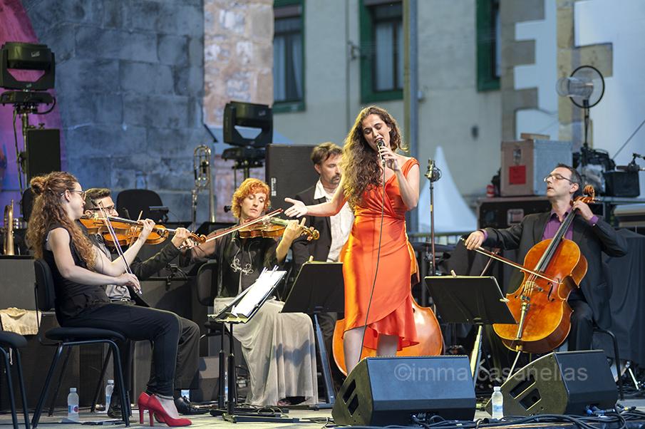 Sílvia Pérez Cruz amb Elena Rey, Carlos Montfort, Anna Aldomà, Miquel Àngel Cordero i Joan Antoni Pich, Plaza de la Trinidad, Donostia 23-7-2015