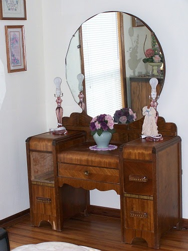 Thrift store junkies vintage vanity dresser with mirror for Antique dresser bathroom vanity