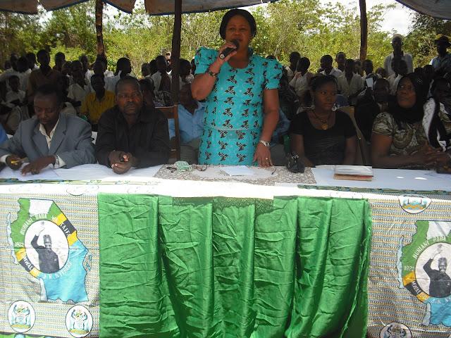 DC Mboni Mgaza akiwahutubia wananchi wa Kijiji cha Muhinduro.