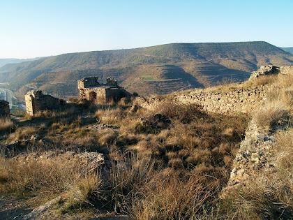 Vista parcial de l'interior del fortí. A l'esquerra, al costat de l'entrada hi ha l'únic habitacle cobert. Al terra, al mig del pati d'armes, hi veiem una cisterna d'aigua