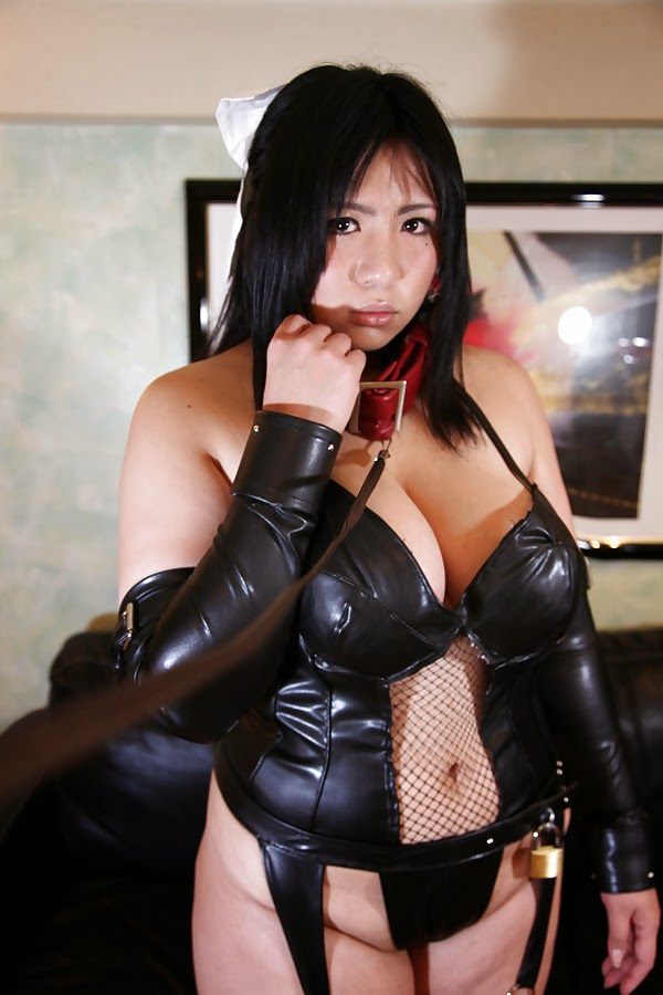 jeune femme asiatique en gouvernante sexy en laisse