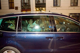 """""""Sportbladet"""" recoge algunas instantáneas de la salida de los barcelonistas del local"""