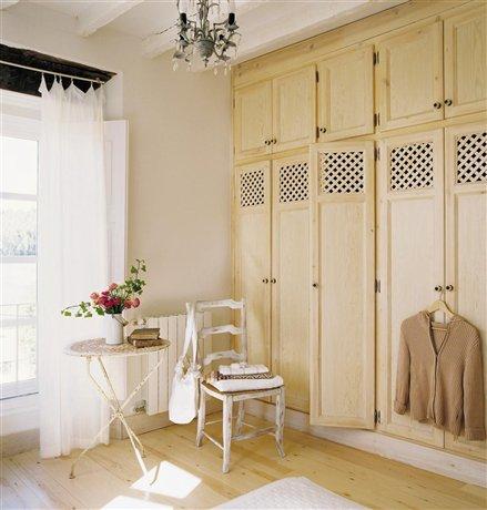 Consejos para aprovechar el espacio del armario decorar - Perchas ahorra espacio ...