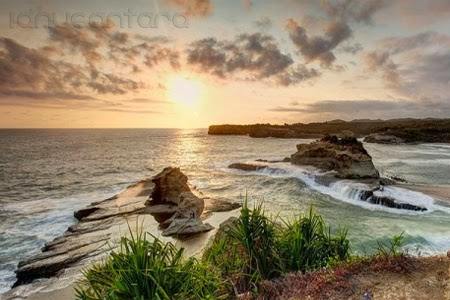Menikmati sunset pantai Klayar
