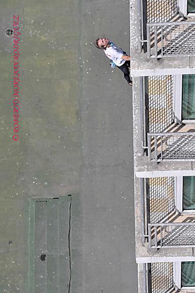 """Alain Robert conocido como el """"hombre araña francés""""  escala la fachada hotel Habana Libre, en La Habana, Cuba"""