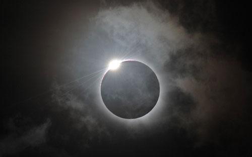 BENTUK cincin berikutan gerhana matahari yang dapat dilihat di Palm Cove.