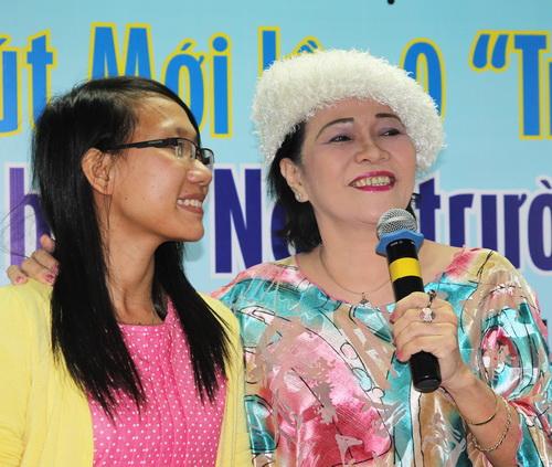 Lưu Thị Cẩm Huyên và nhà thơ Lê Thị Kim