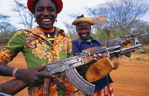 Anak Afrika bersenjata AK-47