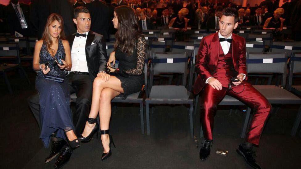 smešna slika: Ronaldo sa dve devojke, messi sam