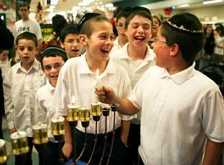 ✡ Hanukah – Sărbătoare a Luminii, pentru că în fiecare seară se aprinde câte o lumânare...