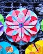 http://manualidades.facilisimo.com/reportajes/mas-manualidades/flores-de-origami_927010.html