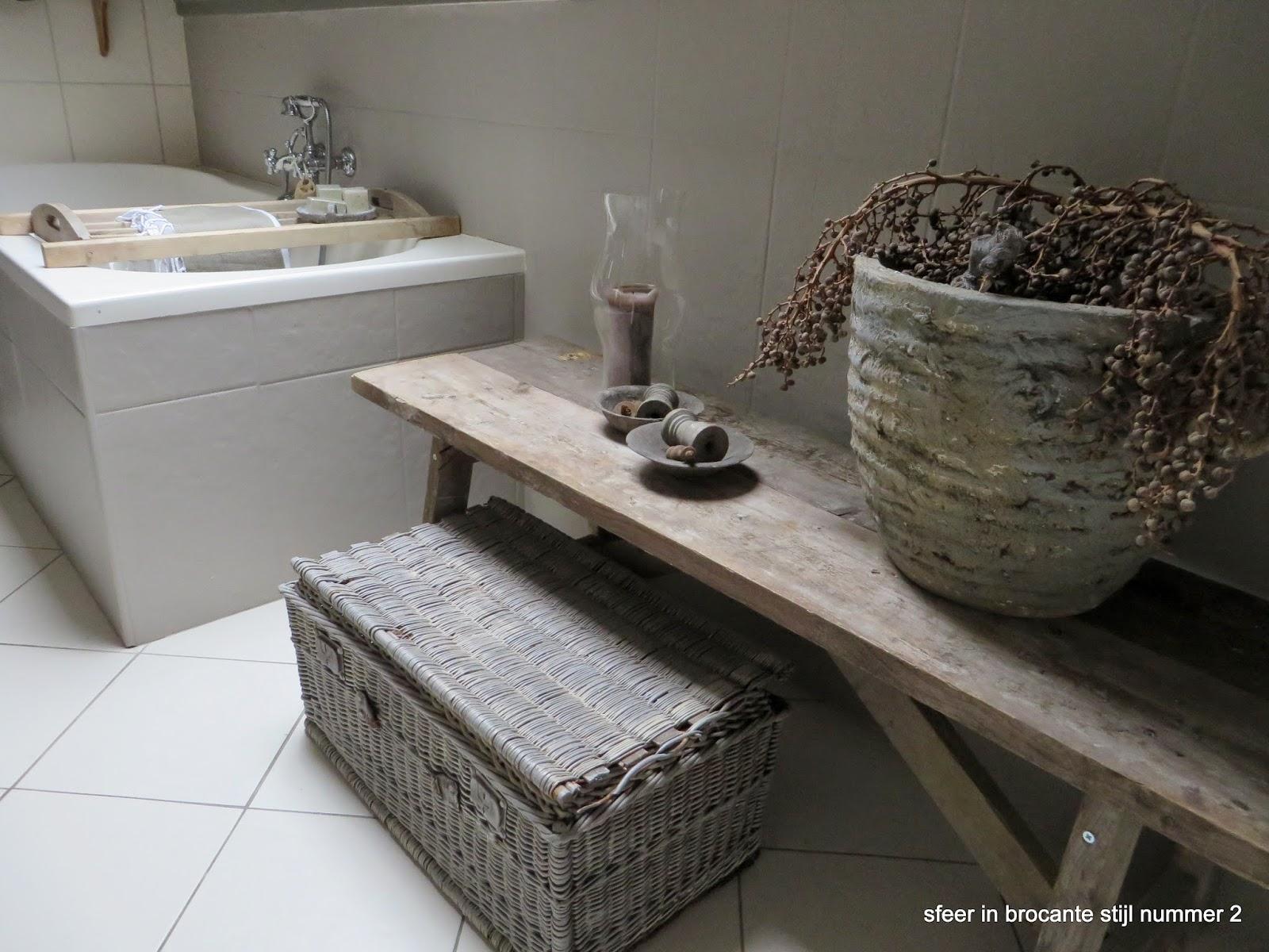 Sfeer in landelijke stijl nummer oude tafel in badkamer