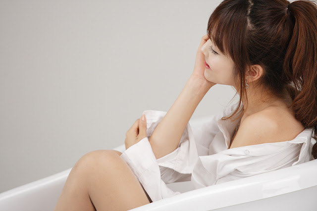 2 Lee Eun Hye - White Shirt and Bath Tub-very cute asian girl-girlcute4u.blogspot.com