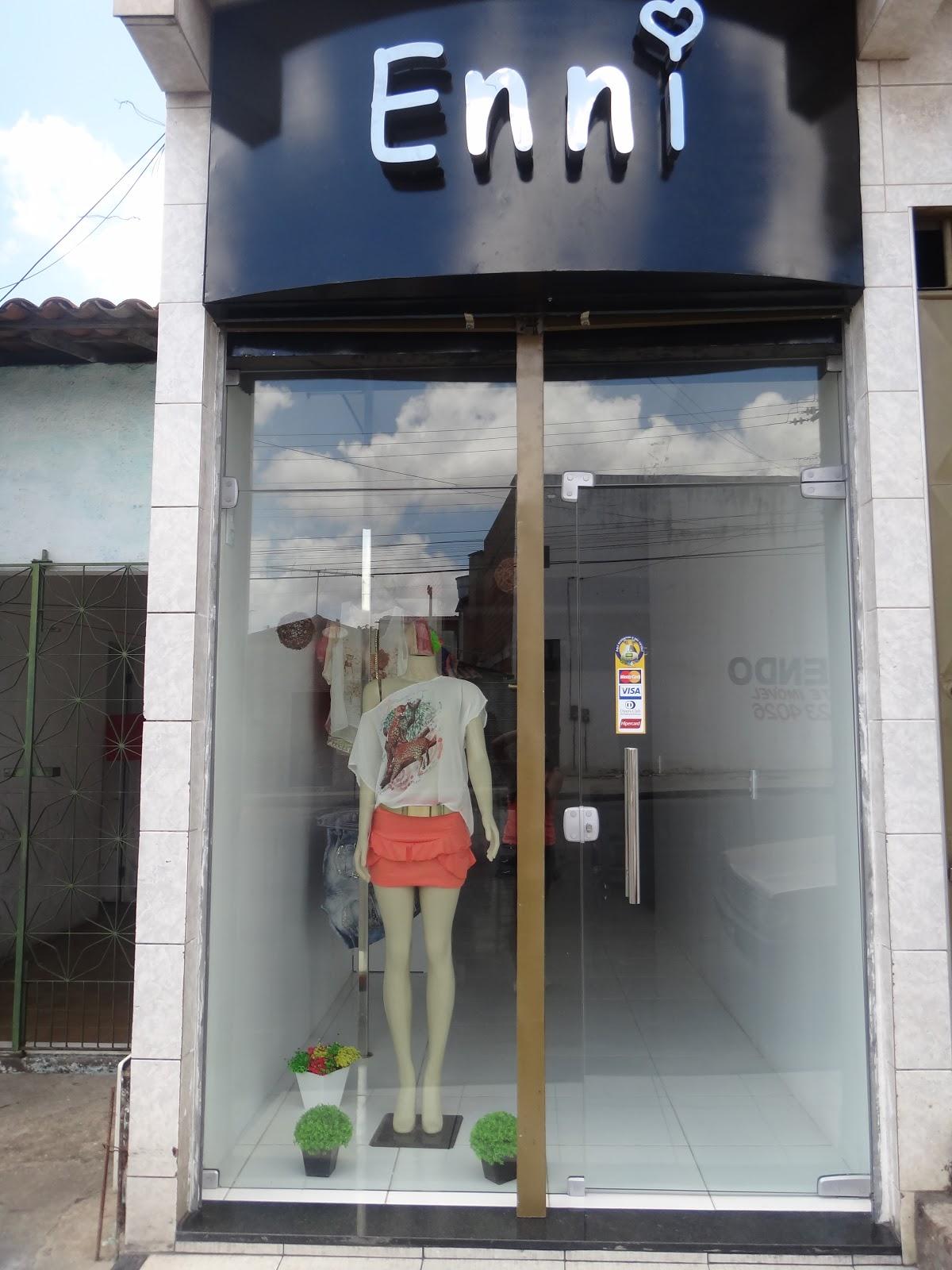 Suficiente enni, roupas e acessórios.: Fachada da loja . PB47