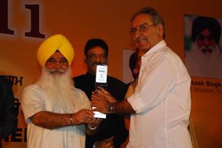 S Sewa Singh  Sekhnwan awarding to Veeru Devgan
