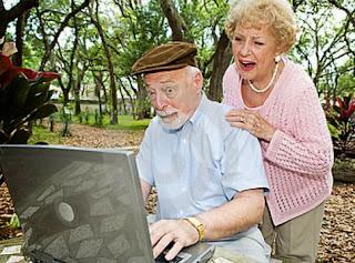 smešna slika: Baba i deda sa laptopom