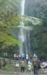 Cuban rondo merupakan sebuah air terjun bertingkat yang terletak di kecamatan Pujon, Kabupaten Malang, Jawa Timur. Air terjun cuban rondo tampak sangat indah seperti tempat tempat wisata lainnya dengan berbagai legenda dan mitos didalamnya. Air terjun cuban rondo ini memiliki ketinggian 84 meter dan Air terjun coban rondo memiliki sepasang air terjun dengan bentuk bertingkat. dan dari masing aliran pada Air terjun cuban rondo mempunyai nama nama tersendiri. satu aliran air diberi nama Coban Manten yang bergabung dengan aliran air yang diberi nama Coban Dudo yang kemudian mengalir kebawah yang kemudian di beri nama coban rondo.   Adapun sejarah penamaan air terjun ini dengan nama air terjun adalah karena dahulu ada sepasang pengantin baru bernama Dewi Anjarwati dan Raden Baron Kusumo yang menginginkan untuk melakukan perjalanan menuju Gunung Anjasmoro, namun orangtua Dewi Anjarwati menentang keinginan Raden Baron Kusumo dikarenakan usia pernikahan mereka yang baru memasuki Selapan (36 hari dalam bahas jawa). Meski demikian mereka tetap bersikeras dan akhirnya tetap memutuskan untuk pergi menuju Gunung Anjasmoro, akan tetapi di tengah perjalanan mereka menjumpai bahaya. Tiba tibah munculah seseorang laki laki yang bernama  Joko Lelono yang tertarik dengan paras cantik dari Dewi Anjarwati.  Mengetahui hal itu Raden baron Kusumo tidak terima dan marah dan akhirnya Perkelahian pun tak dapat dihindari. Raden baron Kusumo lantas memerintahkan punokawannya untuk mengajak  Dewi Anjarwati bersembunyi di sebuah coban (air terjun) . Namun pertarungan tersebut menewaskan Joko Lelono dan Raden baron Kusumo, dan mengakibatkan Dewi Anjarwati menjadi janda (rondo). Maka karena itu pada akhirnya air terjun tempat persembunyian Dewi Anjarwati disebut sebagai Coban Rondo.  Adapun Mitos yang terdapat di tempat ini adalah jika ada  seorang pengunjung mendatangi air terjun cuban rondo ini dengan bersama kekasih, maka hubungan mereka dipercaya akan kandas. mitos ini didasari dan terinspira