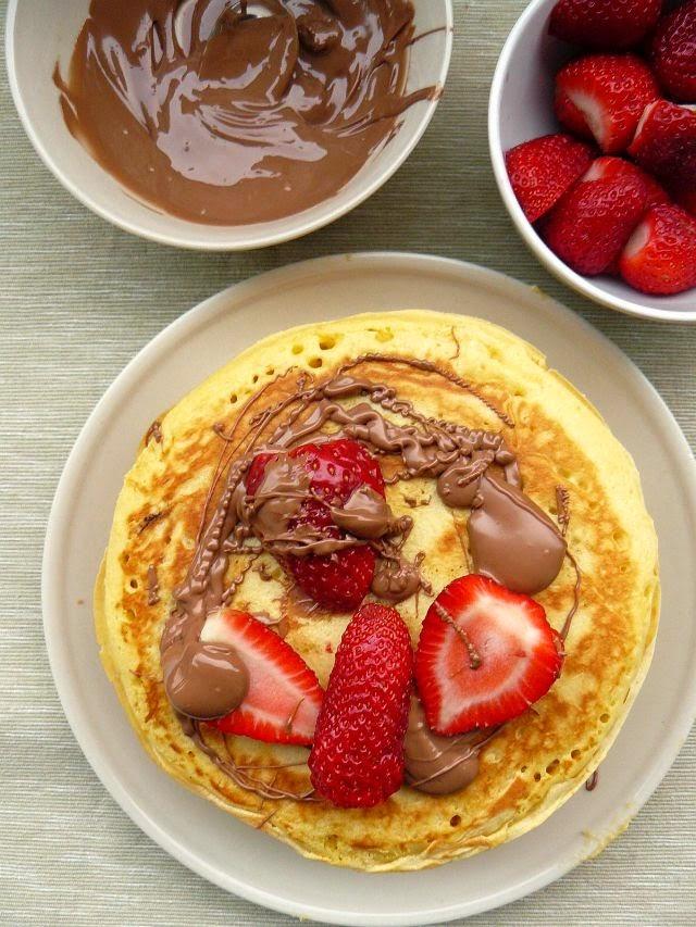 Pancakes z czekoladą i truskawkami