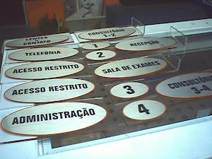 PLACAS DE IDENTIFICAÇÃO EM PVC ADESIVADA