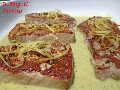 tonno fresco grigliato condito con salmoriglio, zeste di limone e fior di sale aromatizzato alla liquirizia