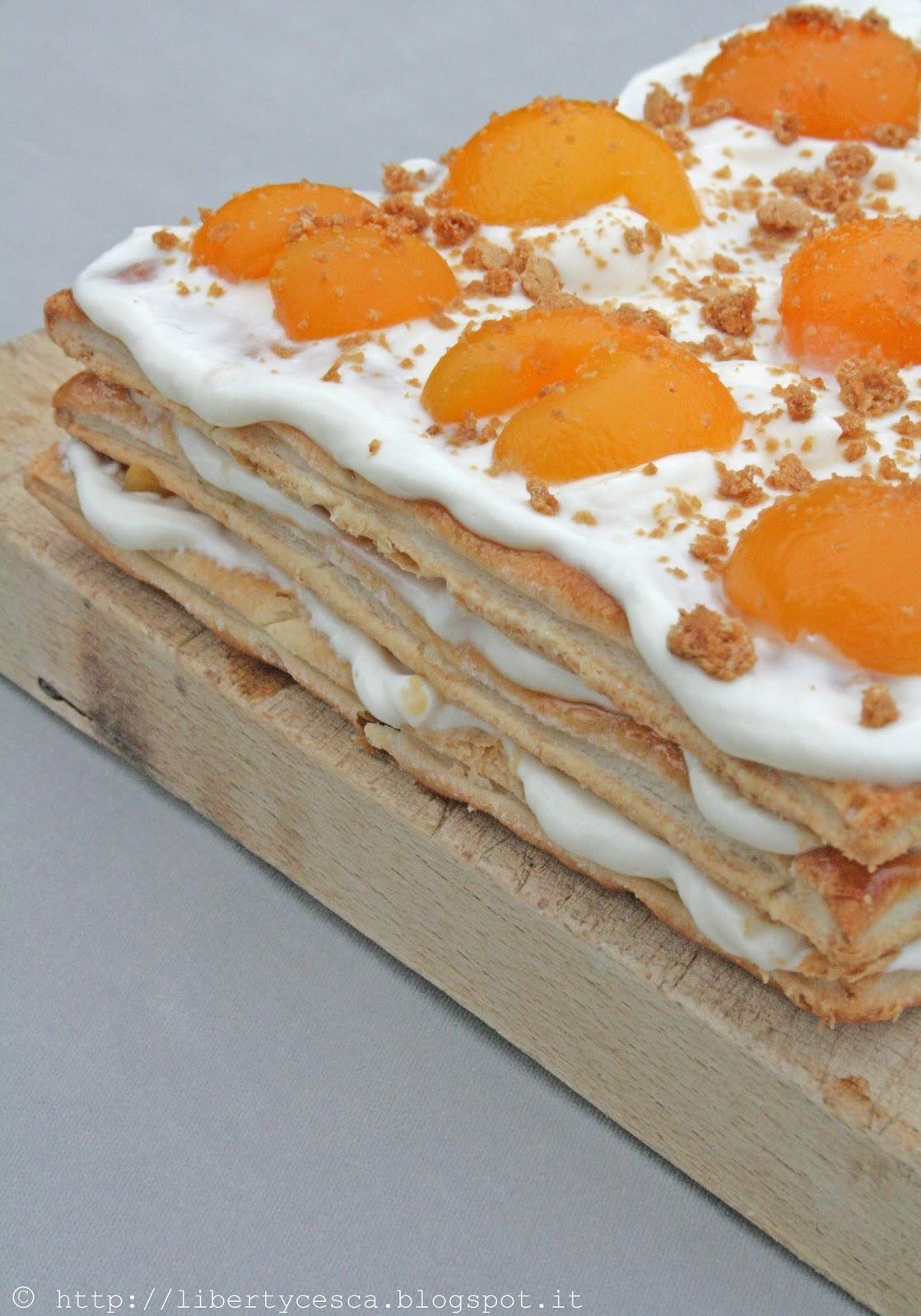 sfoglia con crema di yogurt e albicocche / apricot and yogurt puff pastry tart