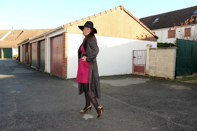 manteau long mango, robe framboise naf naf, fedora noir headict