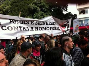 Faixa de skinheads e punks na Avenida Paulista (Foto: Marcelo Mora)