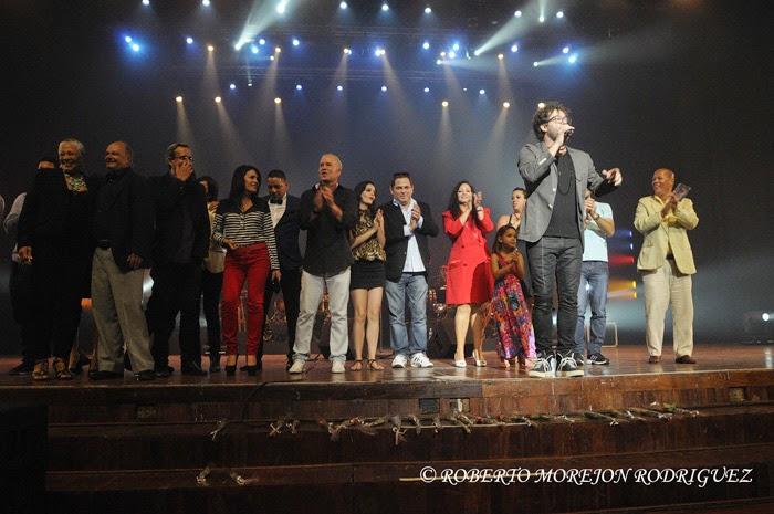 El cantautor Raúl Paz, y Actores de la telenovela La Otra Esquina,  durante el lanzamiento del  nuevo disco de Paz, titulado La Otra Esquina, en  el Teatro Karl Marx, en La Habana, Cuba, el 28 de febrero de 2015.