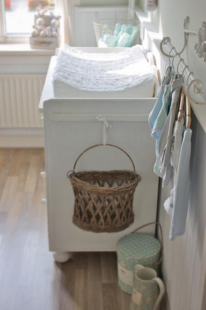 Baby clothes on a towel bar babykleertjes aan een handdoekrek trends country home - Jongetje kamer idee ...