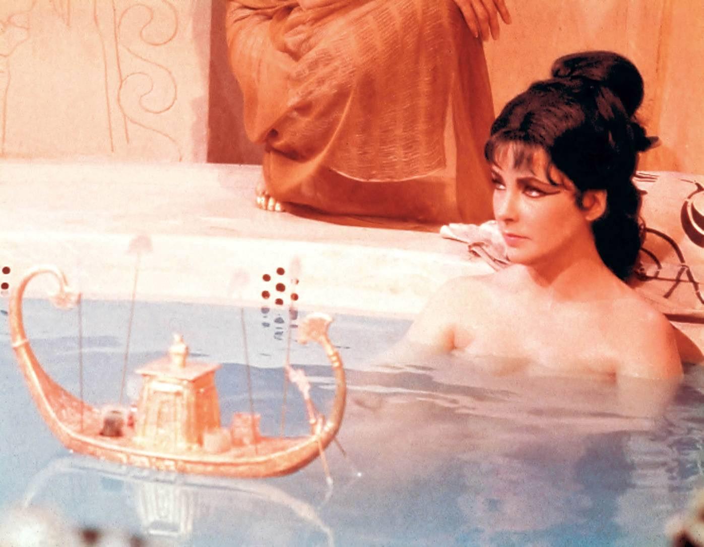http://1.bp.blogspot.com/-9vdzgoYgKYo/TYvjGxZYDZI/AAAAAAAAAYE/66h2fgFTPUo/s1600/Cleopatra-1963-elizabeth-taylor-%2Bin%2Bthe%2Bbath.jpg
