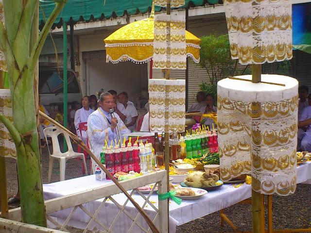 Монах-рэппер, задающий тон всей церемонии