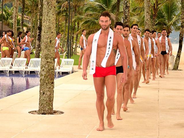 O Mister Roraima, Roberto Sales, foi o primeiro a puxar a fila durante o desfile de moda praia. Foto: Estúdio Xis