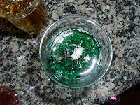 Añadiendo el almíbar a la copa