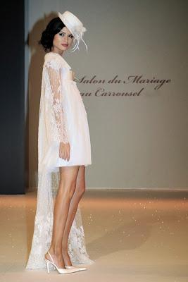 robe courte de mariée excentrique chapeau haut de forme cape voile dentelle défilé