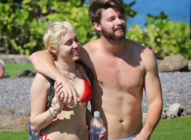 Kontroversi Bogel Tak Gugat Cinta Patrick Miley Cyrus Cuti Di Hawaii