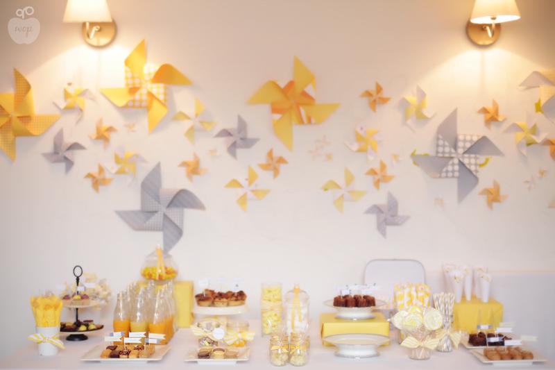 ... Décoration Sweet table: Sweet table Baptême - jaune et gris