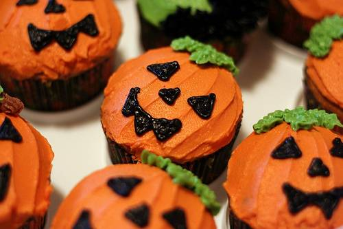 simple jack o lantern cupcakes that kids would love to help make - Halloween Inspired Cupcakes