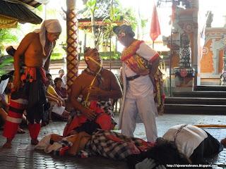 http://ejawantahnews.blogspot.com/2012/01/tari-barong-bali-keindahan-seni-budaya.html