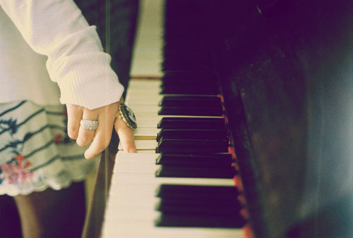 MyMusical~Project - Louis Tomlinson y tu Piano-tocar-dedo-tecla-atril-negro-blanco-chica