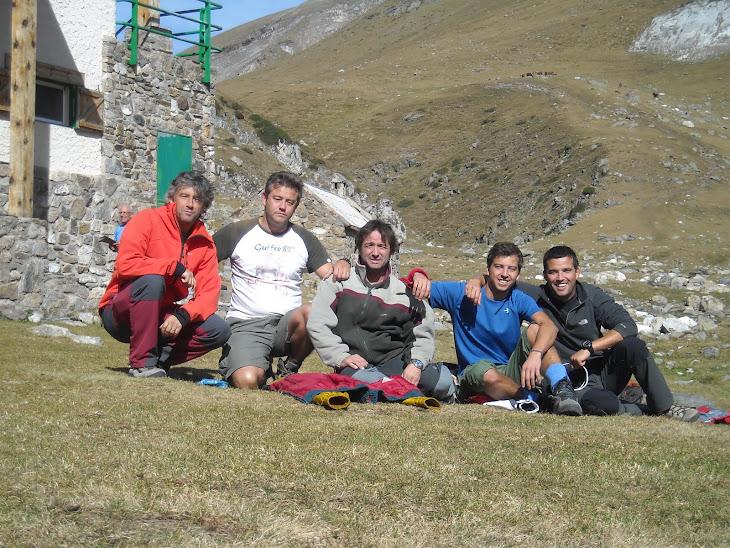 8 d'octubre 2011. Cinc dels germans Farell i Garrigós al costat del Refugi Coma de Vaca, a 2.000m