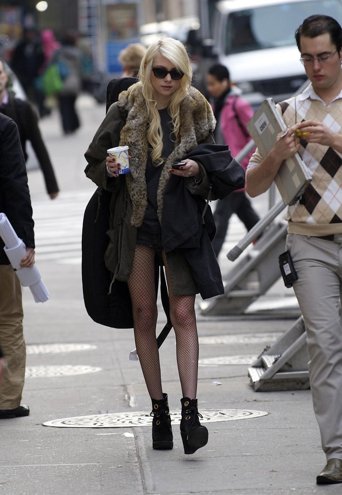 Taylor Momsen Has A Nylon May 2009