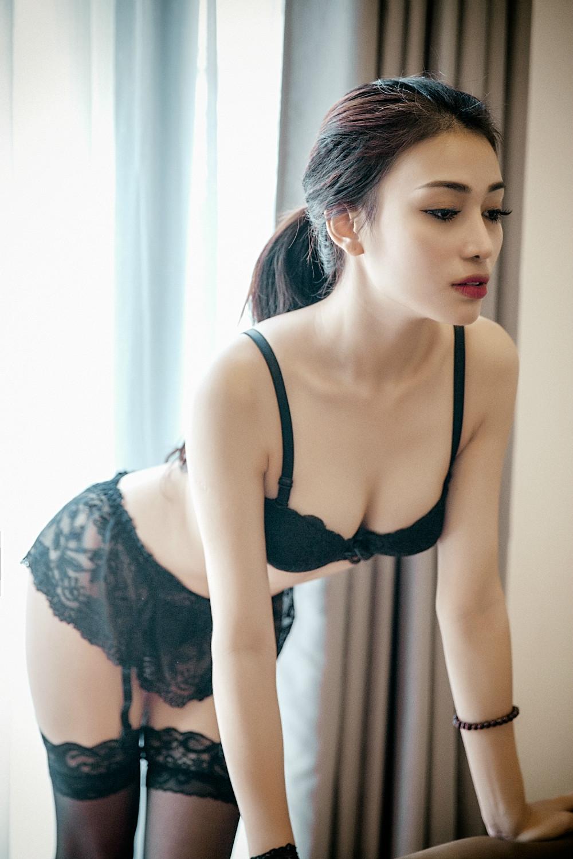 Gái đẹp cùng nội y đen quyến rủ