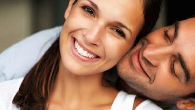 ١٠ أسرار تحقق لكِ السعادة الزوجية  - رجل امرأة يضحكان سعداء - man woman happy laughing