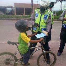 dilarang bawa sepeda dengan helm