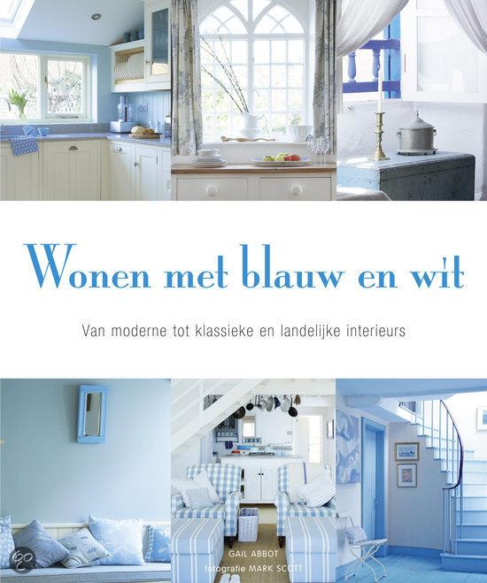 interieur huis stoel: Wonen met blauw en wit